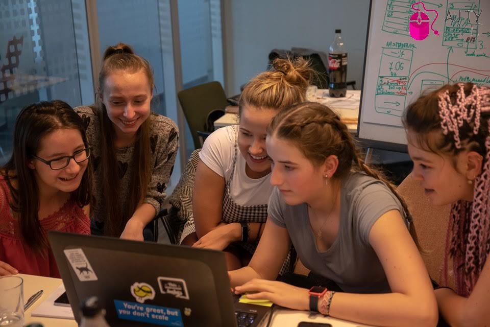 GIRL ́S DAY 2020: Už po siedmy raz môžu stredoškoláčky nahliadnuť do IT firiem po celom Slovensku. 3