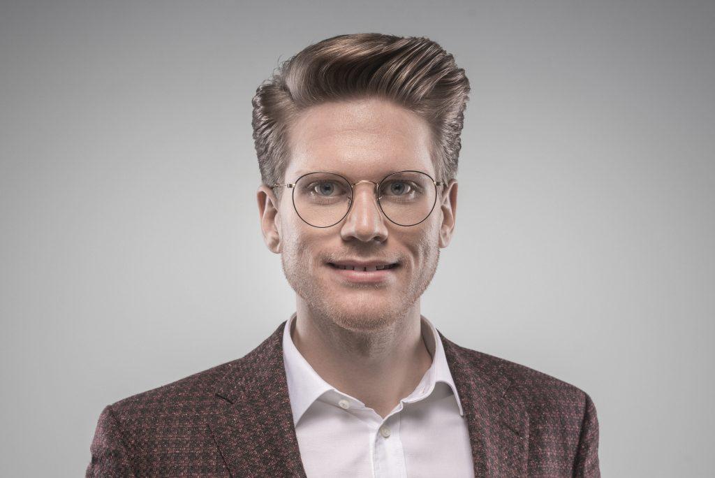 Prvá LGBT+ digitálna banková platforma bola spustená v USA. Stojí za tým slovenský aktivista a EY technologický podnikateľ Matej Ftáčnik. 3